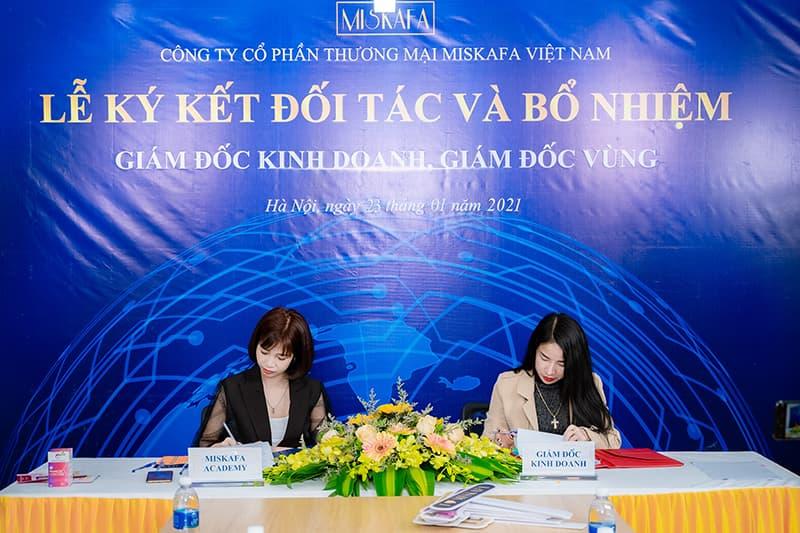 Hình ảnh ký hợp đồng tại buổi lễ